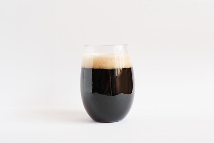 小樽ビールノンアルコールブラック黒 ボトル グラスに注いだイメージ