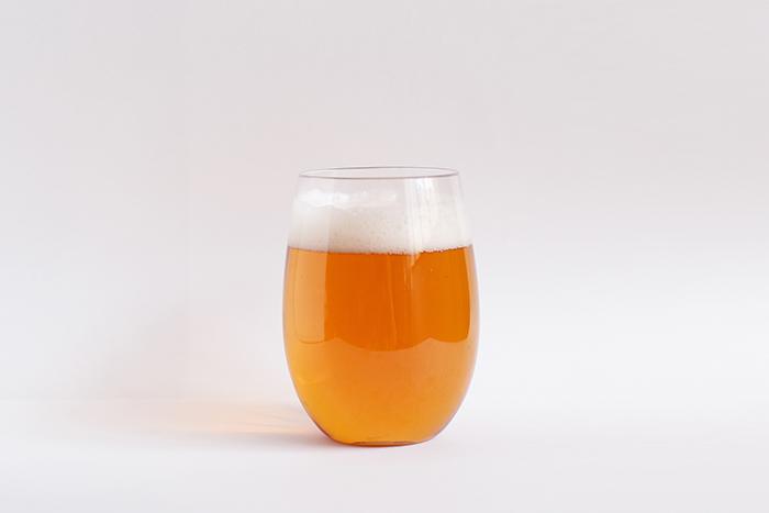 小樽ビールノンアルコール ボトル グラスに注いだイメージ